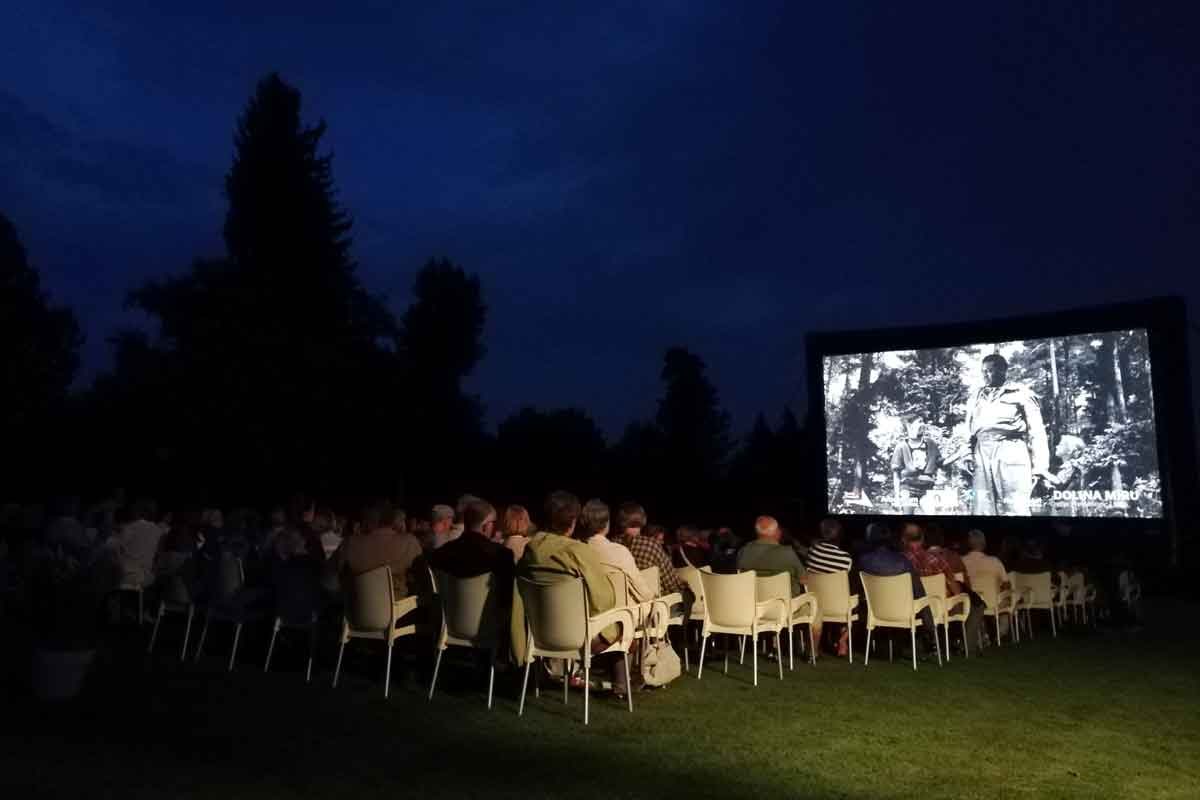 Projekcija filma na Filmskem večeru v Arboretumu