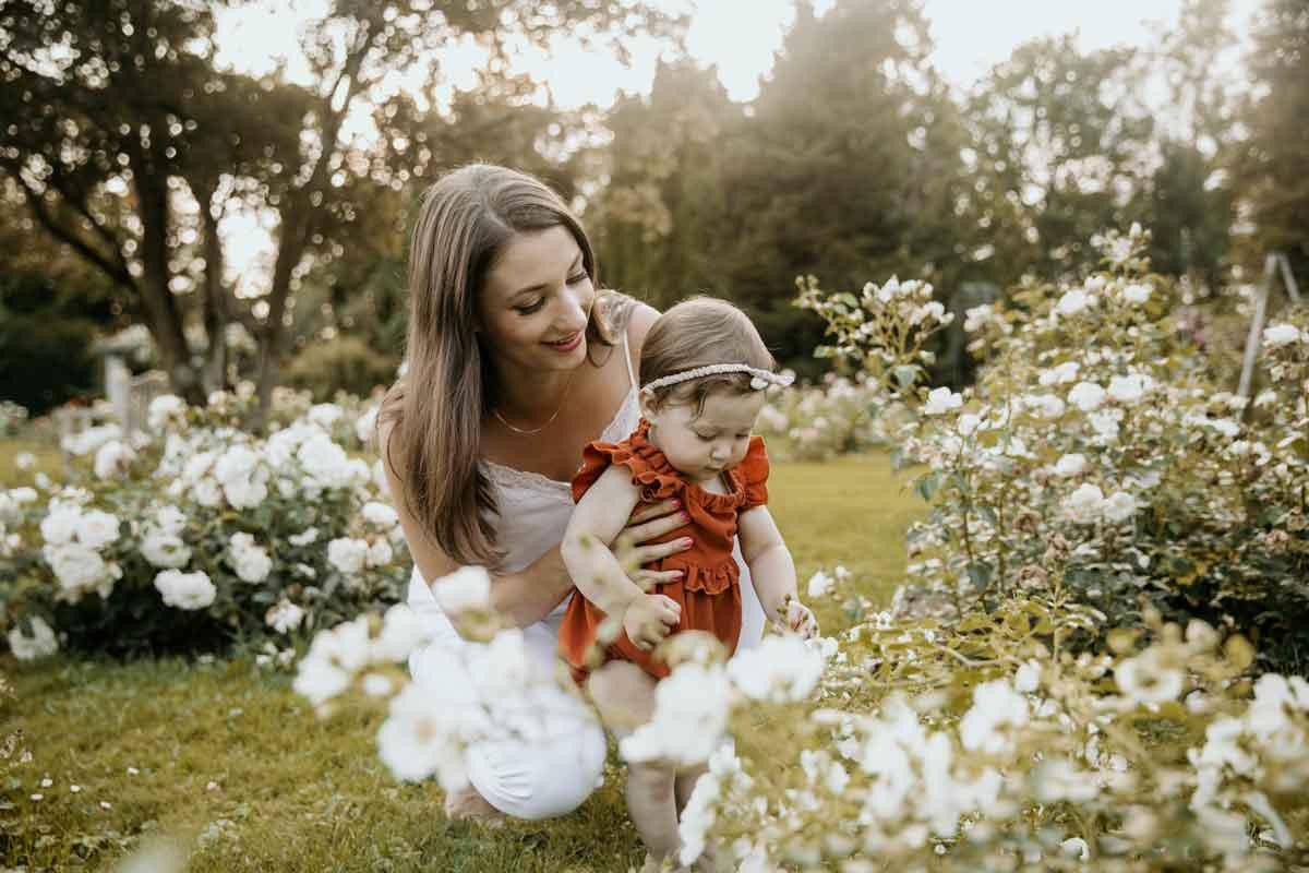 Družinsko fotografiranje v parku med vrtnicami
