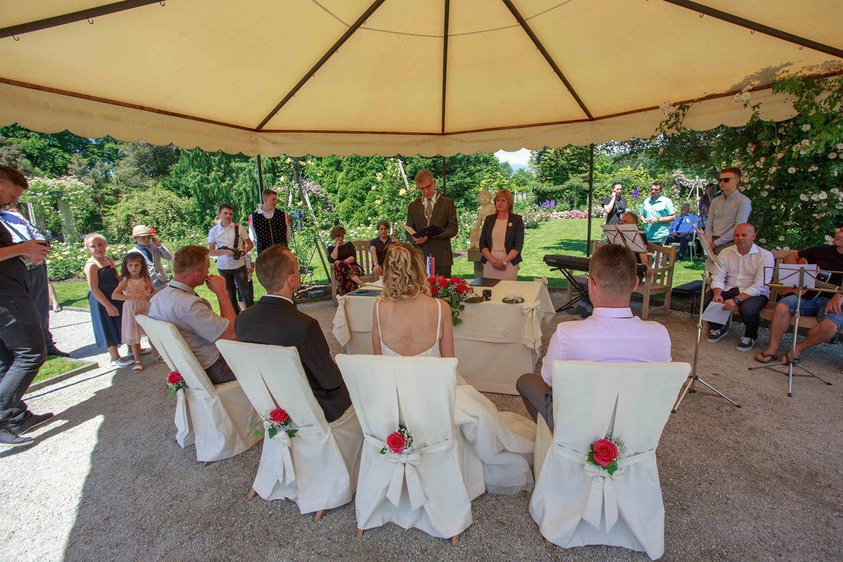 Poročni obred v rozariju Arboretuma