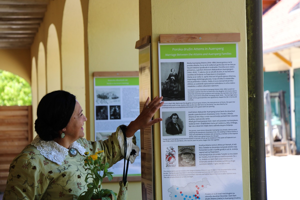 Grofica si ogleduje razstavo Cvetoča pot Marije Auersperg Attems