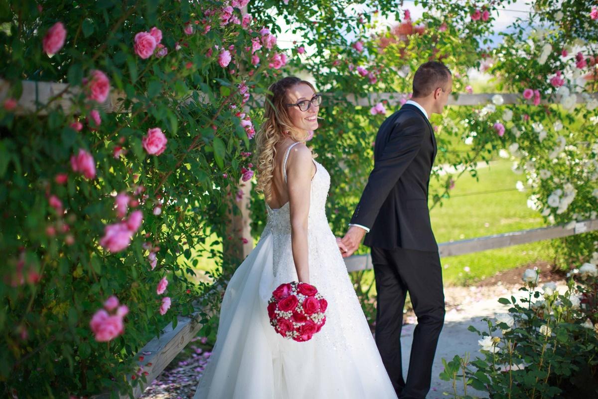 Poročni par v parku